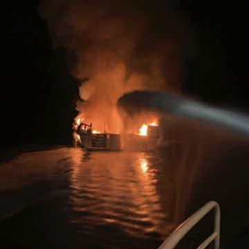 2日、米ロサンゼルス沖で起きた船舶火災の現場(ベンチュラ郡消防本部提供・AP=共同)
