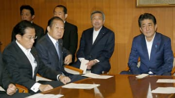 自民党役員会に臨む安倍首相(右端)、二階幹事長(手前左から2人目)。左端は岸田政調会長=3日午前、東京・永田町の党本部