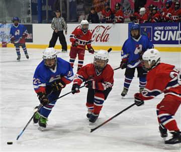 氷上で熱い戦い 八戸と苫小牧の小学生、アイスホッケーで交流