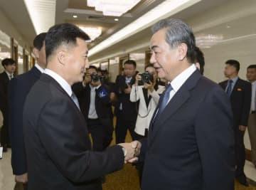 平壌国際空港で見送りを受ける中国の王毅国務委員兼外相(右)=4日(共同)