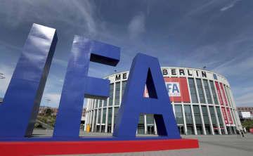 家電見本市「IFA」の会場付近に設置された巨大なロゴ=4日、ベルリン(AP=共同)
