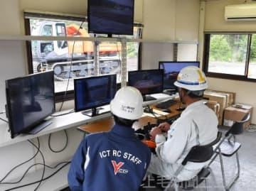 モニターを見ながら重機を遠隔操作する参加者