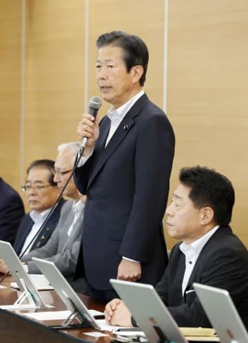 公明党の中央幹事会であいさつする山口代表。手前は北側副代表=5日午前、東京都新宿区の党本部
