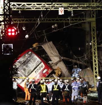 京浜急行の神奈川新町―仲木戸間の踏切で、トラックと衝突し脱線した車両=5日午後6時31分、横浜市神奈川区