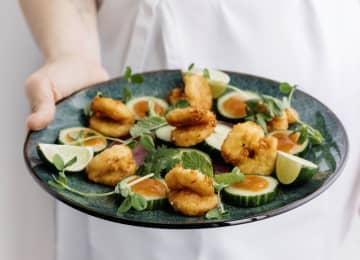 米ニュー・ウエーブ・フーズの植物性原料でつくった「エビ」を使った料理(同社提供、共同)