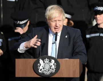 5日、英中部で演説するジョンソン首相(ロイター=共同)