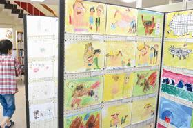 年長児の力作が並ぶ読書感想画展