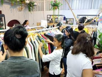 カンボジアの一大観光地シェムリアップにオープンし、にぎわいを見せる店内(ドンドンアップ提供)