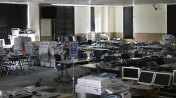 旧福島県原子力災害対策センターの2階。パソコンやコピー機が多数残されている=7月、福島県大熊町
