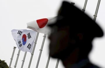 日韓両国の国旗=2015年、東京都内(ロイター=共同)