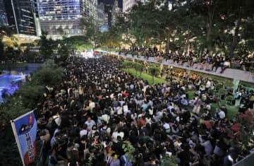 香港中心部の公園で開かれた、「逃亡犯条例」改正案を巡って警察の「暴力」などに抗議する集会=6日(共同)