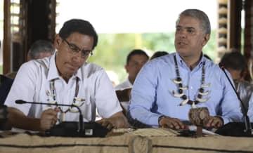 6日、コロンビア南部レティシアでの首脳級会合に出席したドゥケ大統領(右)とペルーのビスカラ大統領(AP=共同)