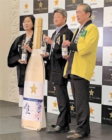 新商品のワインをPRする木村組合長(右)と吉見東北本部長(中央)ら
