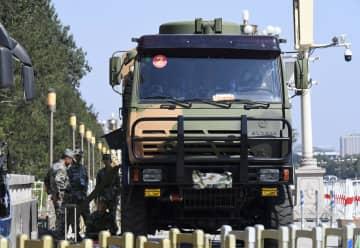 中国建国70年となる国慶節に向け、北京の天安門周辺で作業する人民解放軍=7日(共同)
