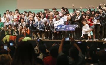 Kポップカバーダンスの日本大会で記念撮影する出場者ら=7日午後、大阪市