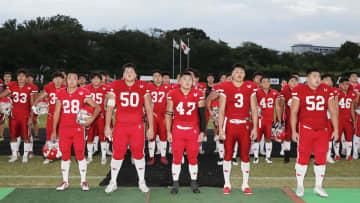 復帰後初となる公式戦を終え、観客にあいさつをする日本大アメリカンフットボール部の選手=7日、東京都調布市