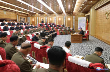 6日、北朝鮮で行われた台風13号の被害防止のための対策会議。金正恩朝鮮労働党委員長(右)が指導した(朝鮮通信=共同)