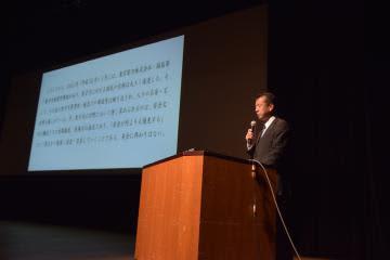 フォーラムの最後に声明を読み上げる山田修村長=東海村船場