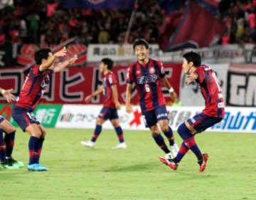 追加点となる2点目を決め、手を広げて喜ぶファジアーノ岡山のFW山本(右端)
