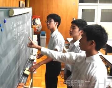 本選に備え問題を解く(左から)渡辺さん、中畠さん、小倉さん