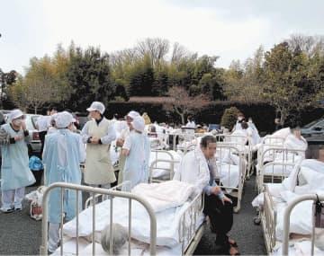 巨大地震発生直後の病院前の様子。入院患者が集められ、職員は今後の対応を協議していた=2011年3月11日午後3時5分ごろ(病院関係者提供、写真の一部を加工しています)