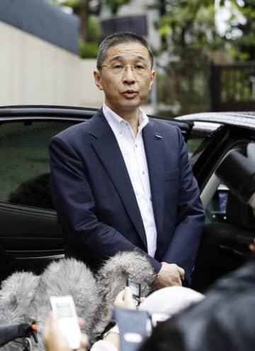 東京都内の自宅前で取材に応じる日産自動車の西川広人社長=9日午前