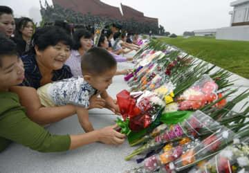 北朝鮮の建国71周年の記念日を迎え、「万寿台の丘」で献花する市民ら=9日、平壌(共同)