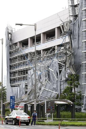 台風15号の影響で崩れた羽田空港の立体駐車場の足場=9日午前