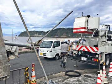 倒れた信号機=9日午前9時半ごろ、逗子市新宿