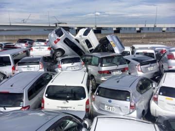台風15号による波で押し流され、折り重なる中古車=9日正午ごろ、横浜市中区の南本牧ふ頭