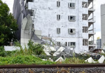 足場などが崩れたJR相模線沿いの工事現場=9日午前8時ごろ、海老名市泉1丁目