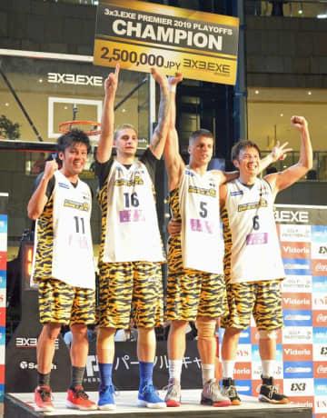 シーズン王者に輝き、表彰台で喜ぶ宇都宮ブレックスの選手=東京・六本木ヒルズアリーナ