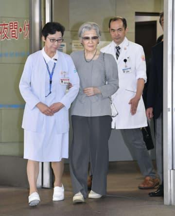 乳がん摘出手術を受けた東大病院を退院される上皇后美智子さま=10日午後、東京都文京区(代表撮影)