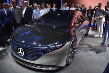 10日、ドイツ・フランクフルトの国際自動車ショーで披露されたメルセデス・ベンツのセダン型電気自動車「ビジョンEQS」(共同)