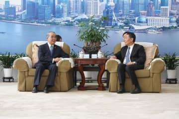 李総経理(右)と面会した中村知事=上海市、中国東方航空本社(県提供)