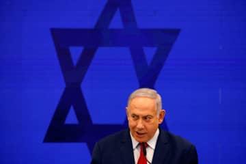 テルアビブ近郊のラマト・ガンで演説を行うイスラエルのネタニヤフ首相=10日(ロイター=共同)