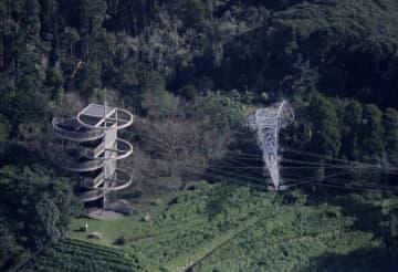 時事通信 台風15号の影響で倒れた鉄塔=9日、千葉県君津市