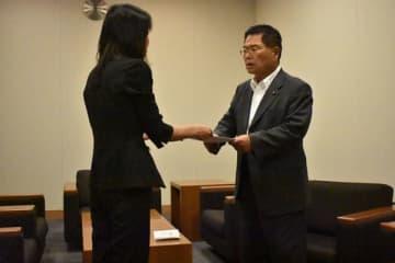 時効撤廃を求める嘆願書を提出する小関孝徳君の母親=10日午後3時ごろ、東京・永田町