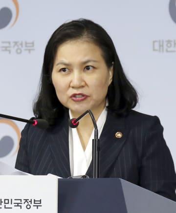 11日、ソウル市内でWTO提訴について記者会見する韓国産業通商資源省の兪明希・通商交渉本部長(聯合=共同)