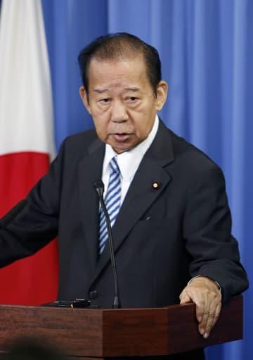 記者会見する自民党の二階幹事長=11日午前、東京・永田町の党本部