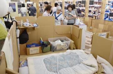 福島大が開設した震災展示コーナー。「段ボールハウス」も再現した=11日午後、福島市