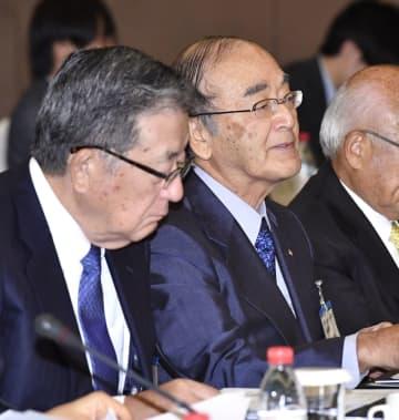 中国の政府関係者らとの会合に臨む日商の三村明夫会頭(右)ら=12日、北京(共同)