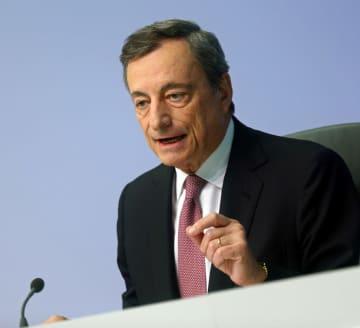 12日、記者会見で話す欧州中央銀行(ECB)のドラギ総裁=ドイツ・フランクフルト(ロイター=共同)