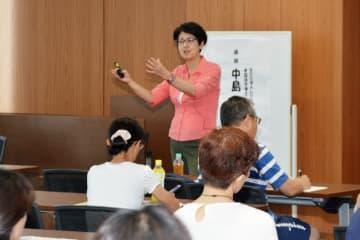 被害・虐待からの回復について講演するNPO法人レジリエンス代表の中島幸子さん=佐賀市の県弁護士会館