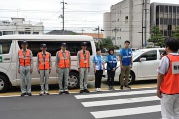 千葉県君津市に向け出発式に臨む支援チームのメンバー