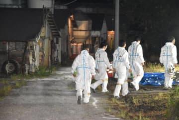 養豚場に入る防護服を着た関係者=13日午後9時15分ごろ、秩父市下吉田
