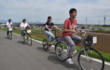 鬼怒川サイクリングロードを走る茨城大の学生たち=常総市三坂町