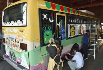 飾り付けを行う公共交通会議の関係者たち