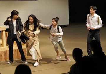 初日公演を迎えた演劇「津軽」の舞台に臨む、太宰治役の新井和之さん(右)と紀行作家役の川上麻衣子さん(左)ら=13日夜、青森市の県立美術館野外特設ステージ