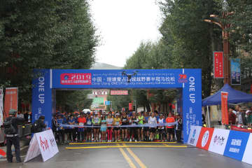 「世界の屋根」を走る 高原ハーフマラソン開催 四川省